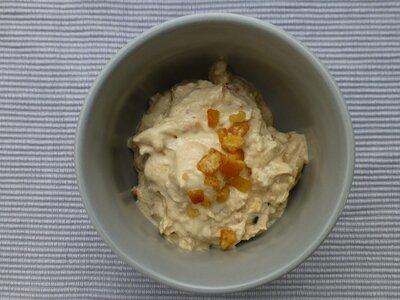 Frozen yoghurt with dates